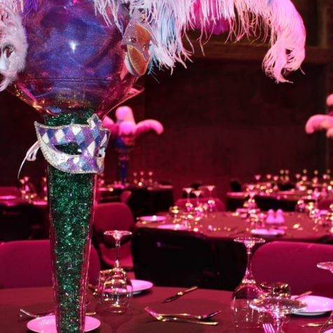 Masquerade table decorations with feathers and masks